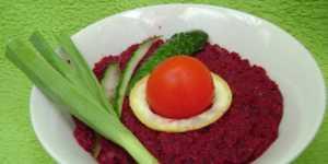 Salata de sfecla rosie cu usturoi verde